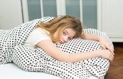 nastoletnia dziewczyna relaksuje w łóżku Fotografia Royalty Free