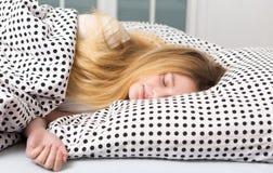 nastoletnia dziewczyna relaksuje w łóżku obrazy stock