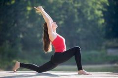 Nastoletnia dziewczyna robi półksiężyc lunge pozie Fotografia Royalty Free