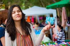 Nastoletnia dziewczyna robi zakupy plenerowego bazar w Tajlandia fotografia stock