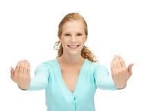 Nastoletnia dziewczyna robi zapraszającemu gestowi obrazy stock