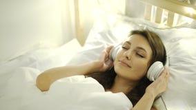 Nastoletnia dziewczyna słucha muzyka na łóżku 4k 20s zbiory wideo