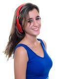 Nastoletnia dziewczyna słucha muzyka na bezprzewodowych hełmofonach odizolowywających obraz stock