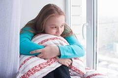 Nastoletnia dziewczyna siedzi przyglądającym okno i windowsill out obrazy stock