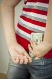 Nastoletnia dziewczyna stawia w z USA dolarami popiera kieszeń Zdjęcie Stock