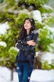 Nastoletnia dziewczyna stoi outdoors w zimy opad śniegu rozbijaniu od zimna zdjęcia royalty free