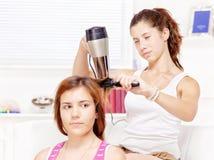 Nastoletnia dziewczyna suszy włosy jej przyjaciele Fotografia Royalty Free