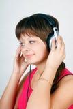 Nastoletnia dziewczyna target940_1_ muzyka na hełmofonach Zdjęcie Royalty Free