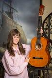 Nastoletnia dziewczyna trzyma gitarę Zdjęcie Stock