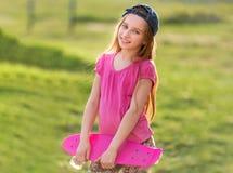 Nastoletnia dziewczyna trzyma jej różową deskę Zdjęcia Royalty Free