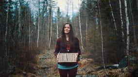 Nastoletnia Dziewczyna Trzyma przygoda znaka Na Halnej rzece, ono Uśmiecha się I Śmia się Na tle zwarty sosnowy las zbiory