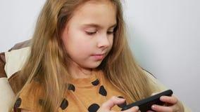 Nastoletnia dziewczyna używa smartphone, odpoczynek z gadżetem, zakończenie w górę zbiory wideo