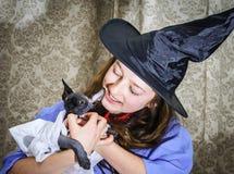 Nastoletnia dziewczyna ubierająca w czarownica kostiumu fotografia royalty free