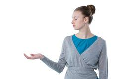 Nastoletnia dziewczyna udaje trzymać niewidzialnego przedmiot Obraz Royalty Free