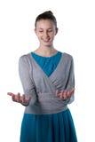 Nastoletnia dziewczyna udaje trzymać niewidzialnego przedmiot Zdjęcia Stock