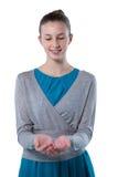 Nastoletnia dziewczyna udaje trzymać niewidzialnego przedmiot Fotografia Stock