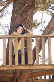 Nastoletnia Dziewczyna W domek na drzewie Zdjęcia Royalty Free