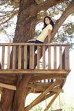 Nastoletnia Dziewczyna W domek na drzewie Fotografia Royalty Free