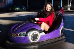 Nastoletnia dziewczyna w elektrycznym rekordowym samochodzie Zdjęcia Royalty Free