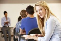 Nastoletnia dziewczyna w klasie smling kamera fotografia stock