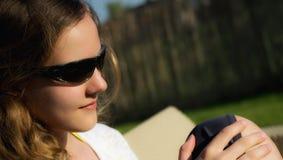 Nastoletnia dziewczyna w okulary przeciwsłoneczni portrecie Zdjęcie Royalty Free