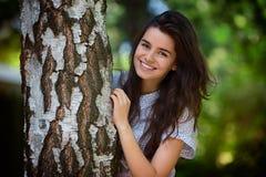 Nastoletnia dziewczyna w parku w letnim dniu Zdjęcie Royalty Free