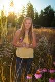 Nastoletnia dziewczyna w podmiejskim lub wiejskim krajobrazie Zdjęcia Royalty Free