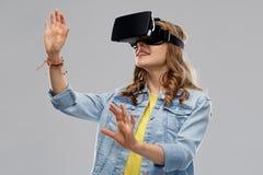 Nastoletnia dziewczyna w rzeczywistości wirtualnej vr lub słuchawki szkłach zdjęcia stock