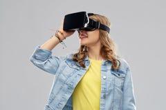 Nastoletnia dziewczyna w rzeczywistości wirtualnej vr lub słuchawki szkłach fotografia royalty free