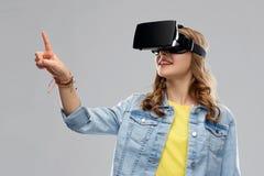 Nastoletnia dziewczyna w rzeczywistości wirtualnej vr lub słuchawki szkłach zdjęcie stock