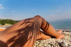 Nastoletnia dziewczyna w swimsuit z palmą na plaży zdjęcia stock