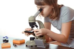 Nastoletnia dziewczyna w szkolnym laboratorium Badacz pracuje z mikroskopem fotografia royalty free