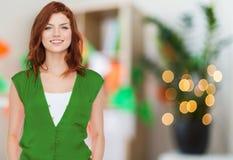 Nastoletnia dziewczyna w zieleni ubraniach przy patricks dniem zdjęcie royalty free