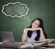 Nastoletnia dziewczyna wyobraża sobie jej przyszłościowe pracy Fotografia Stock