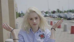 Nastoletnia dziewczyna wyraża mindblown reakcję i twarz palmowego gest w zdumieniu plenerowym w ulicie - zbiory