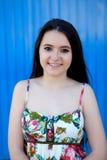 Nastoletnia dziewczyna z błękitnym tłem fotografia royalty free