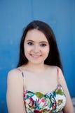 Nastoletnia dziewczyna z błękitnym tłem zdjęcia stock