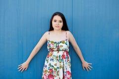 Nastoletnia dziewczyna z błękitnym tłem fotografia stock