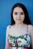 Nastoletnia dziewczyna z błękitnym tłem obrazy royalty free