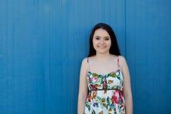 Nastoletnia dziewczyna z błękitnym tłem zdjęcie stock