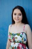Nastoletnia dziewczyna z błękitnym tłem zdjęcia royalty free