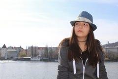 Nastoletnia dziewczyna z kapeluszem Zdjęcia Royalty Free