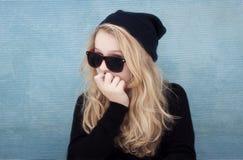 Nastoletnia dziewczyna z kapeluszowymi okularami przeciwsłonecznymi i postawą Zdjęcia Stock