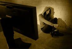 Nastoletnia dziewczyna z komputerowym cyber nadużywał cierpienie interneta cyberbullying desperacki w strachu Fotografia Royalty Free