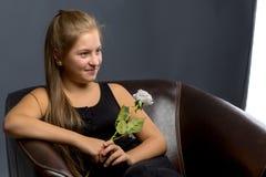 Nastoletnia dziewczyna z kwiatem w jej ręce obrazy royalty free