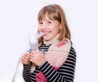 Nastoletnia dziewczyna z nebulizer w rękach Zdjęcia Stock