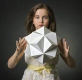 Nastoletnia dziewczyna z papierem w ręka wieloboka postaci. obrazy stock