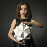 Nastoletnia dziewczyna z papierem w ręka wieloboka postaci. Obraz Royalty Free