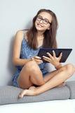 Nastoletnia dziewczyna z pastylką Fotografia Royalty Free