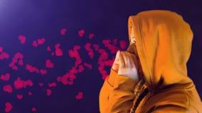 Nastoletnia dziewczyna, z pomarańczowym hoodie, bluza sportowa, wrzaski i sercowate ikony, idealny materiał filmowy reprezentow zdjęcie wideo